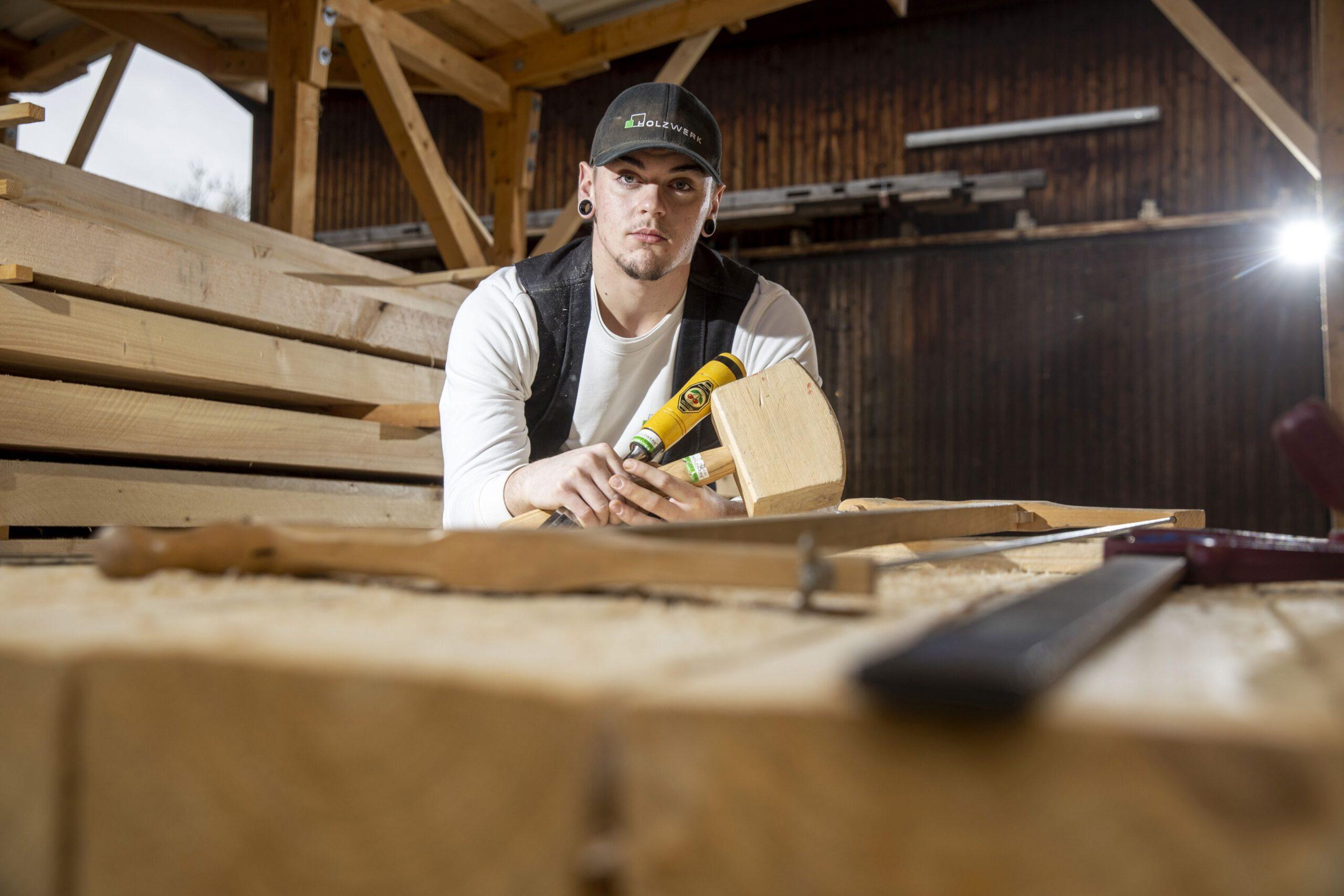 Zimmerer Tayler in der Holzwerkstatt