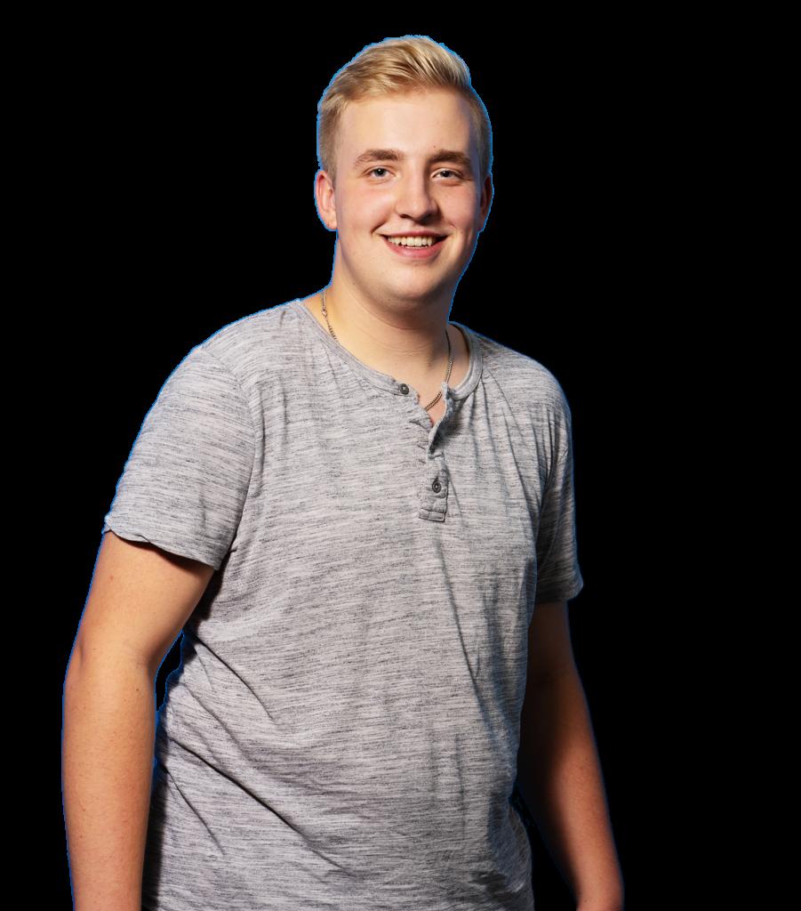 Auszubildender Joost wird Feinwerkmechaniker, traegt graues T-Shirt und laechelt