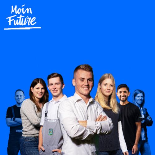 junge Auszubildende stehen in Helden-Pose zusammen vor blauem Moin Future-Hintergrund