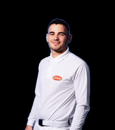 Auszubildender für Lebensmitteltechnik laechelt, Elvis, traegt weiße Schutzkleidung