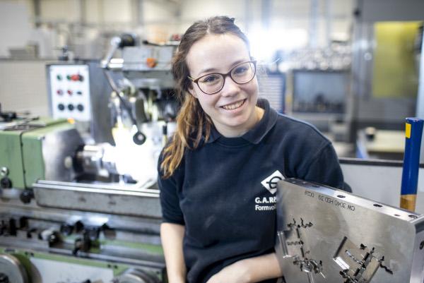 Auszubildende Nina an einer Werkbank in der Werkstatt