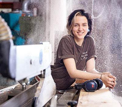 Tischlerin Olga in Ihrer Werkstatt