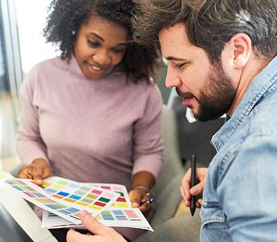 Zwei kreative Mitarbeiter bei der Farbauswahl, Ausbildung, Niedersachsen, Moin Future