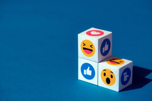 Drei Wuerfel mit Emoji-Icons sind uebereinander gestapelt
