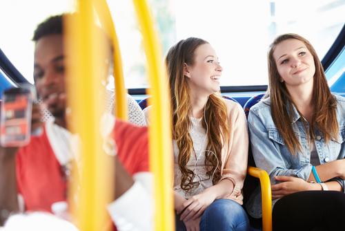 Zwei junge Frauen sitzen im Bus, Generation Z, Auszubildende gewinnen, Moin Future, Ausbildung, Niedersachsen