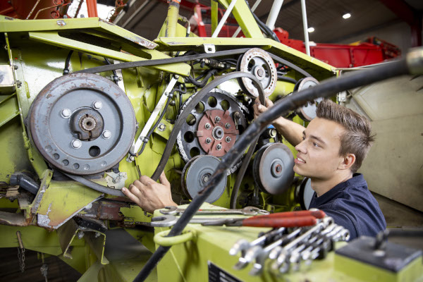 Auszubildender Lars Landmaschinen repariert einen Motor