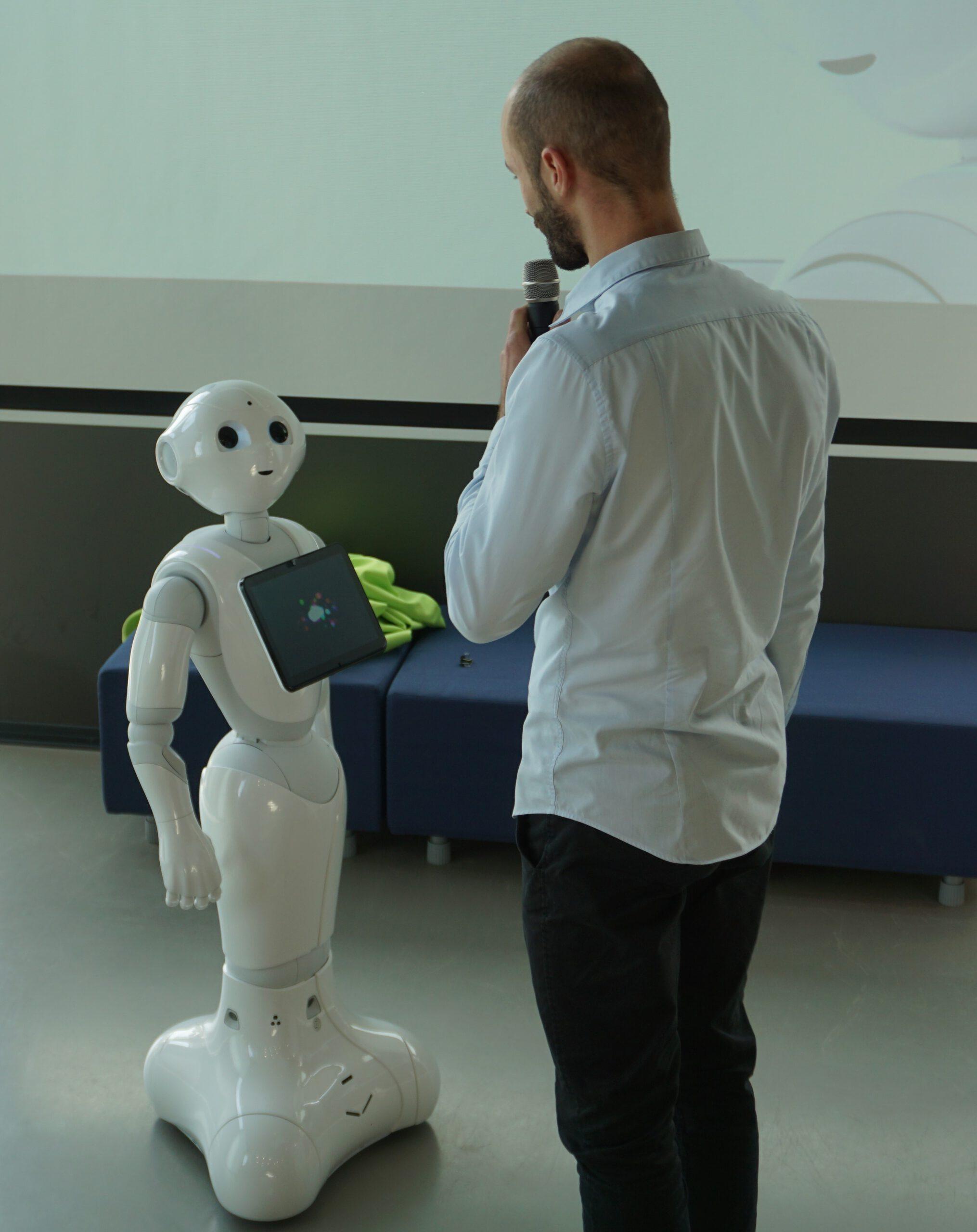 Schüler steht vor dem Roboter Pepper in der Zukunftswerkstatt