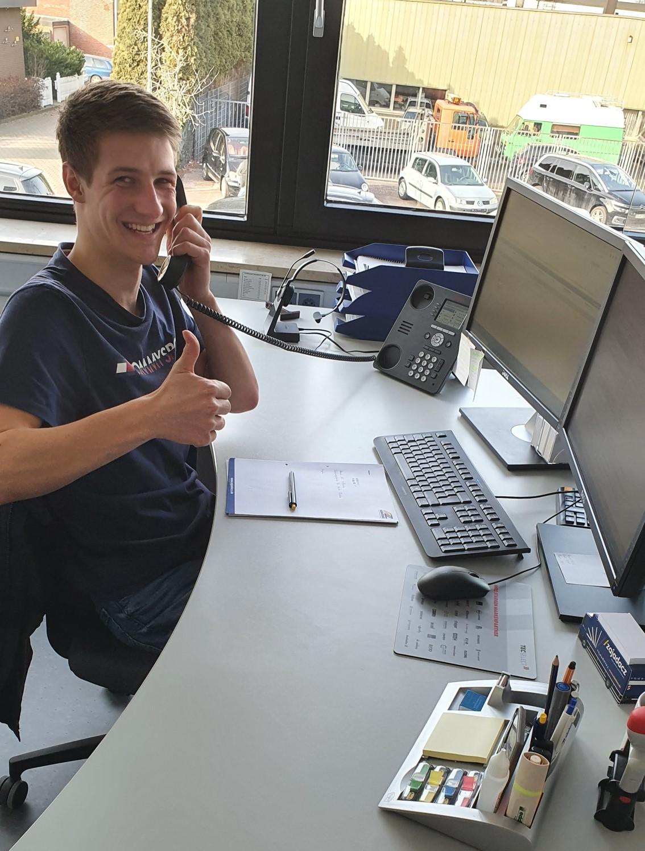 Finn am Schreibtisch bei seiner Ausbildung in Neu Wulmstorf