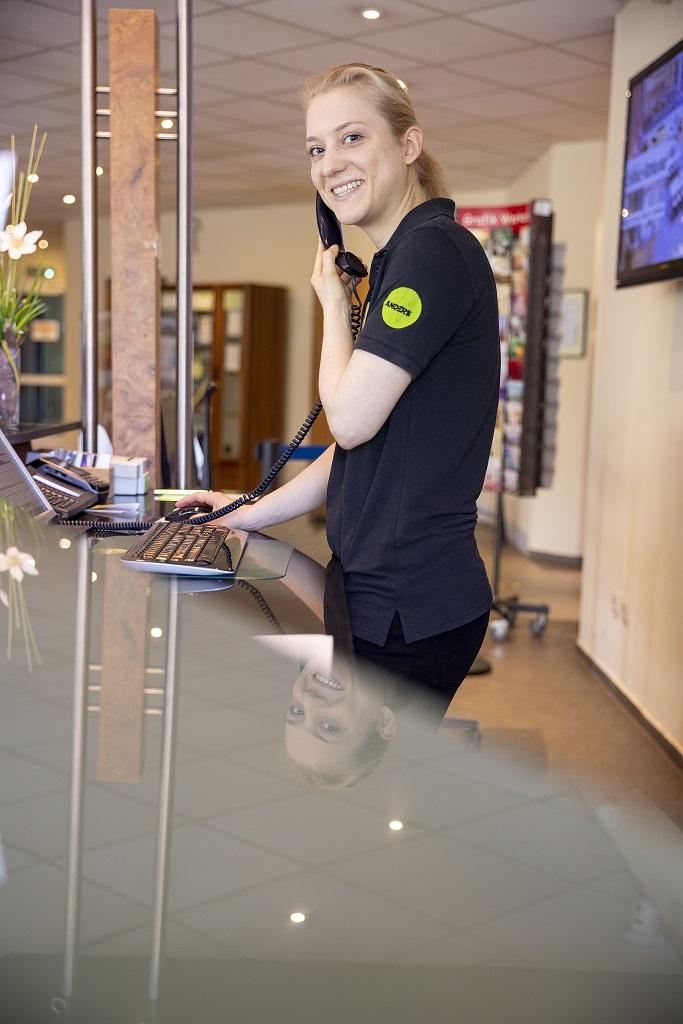 Anita an der Rezeption im Hotel Anders Walsrode