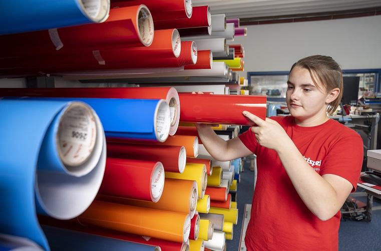 Celina wird Schilder- und Lichtreklameherstellerin in Celle