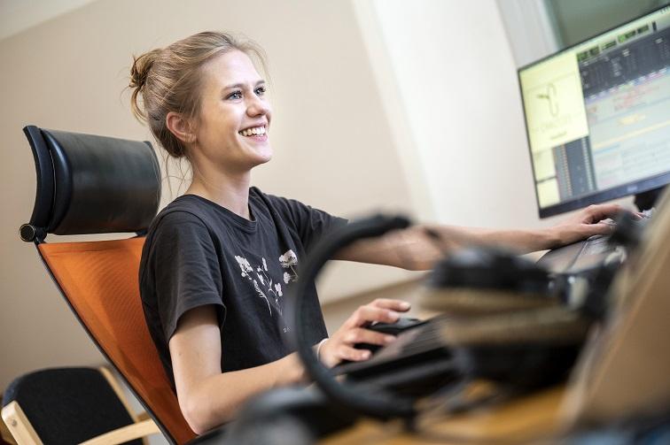 Clara am Mischpult, Ausbildung Mediengestalterin für Bild und Ton
